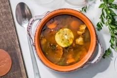 Stara słowiańska zupa Solanka z różnymi rodzajami mięs, ogórkiem kiszonym, oliwkami i cytryną