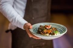 Ragout z sarny podane z borówkami i domowymi kluskami