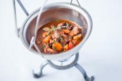 Zupa Myśliwska podana z mięsem z dziczyzny, papryką i specjałami lasu