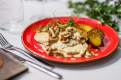 Chiken breast in Chanterelle mushroom sauce served with fried potatoes